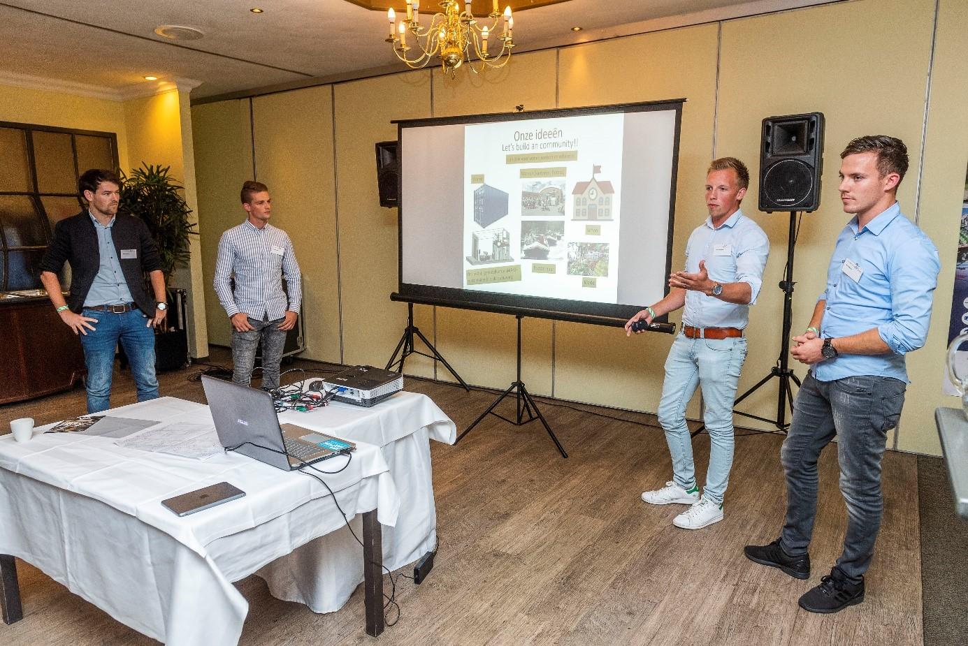 De BIM Studenten groep genaamd BIM Street Boys tijdens het presenteren van hun ideeën.